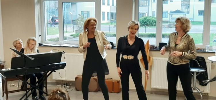 Les 3 chanteuses dans un mouvement dansant